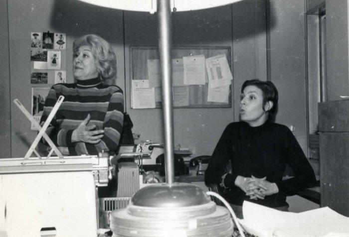 Adelita del Campo (izda.) junto a otra locutora, en la redacción de Radio París.