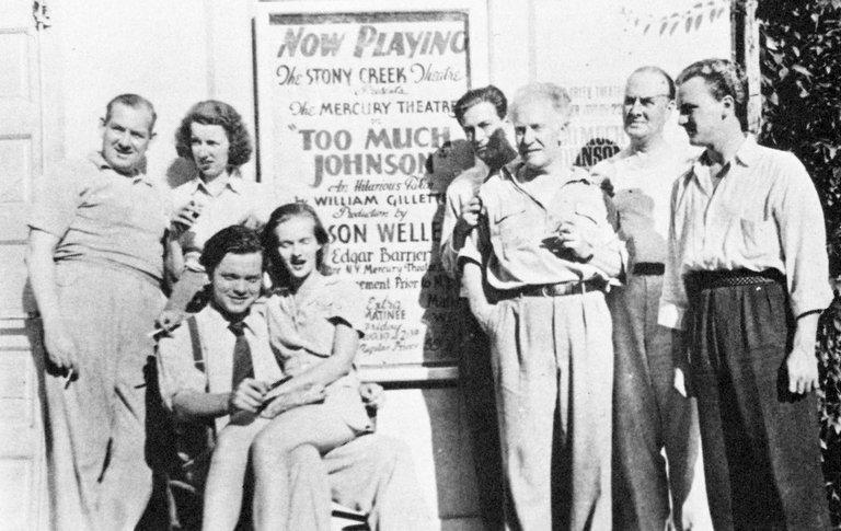 Bill Herz (cuarto por la derecha) junto a Orson Welles y otros miembros del equipo