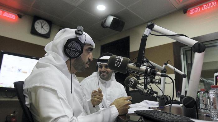 Los presentadores Salem Mohammed y Khalifa Al Falasi en Al Oula Radio